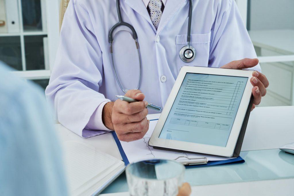 A anamnese online permite ao profissional de saúde coletar e registrar informações sobre a saúde do paciente.